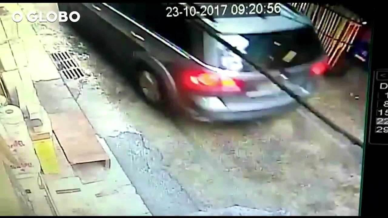 Imagens mostram PMs correndo atrás de carro de turista espanhola na Rocinha, no Rio