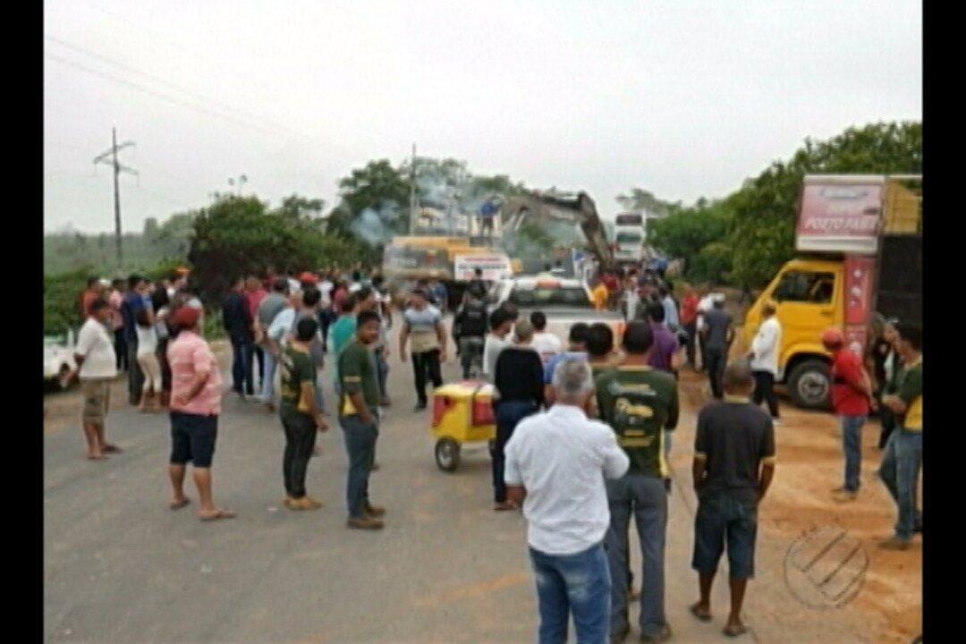 Garimpeiros mantem bloqueio na rodovia PA-279, no sudeste do Pará