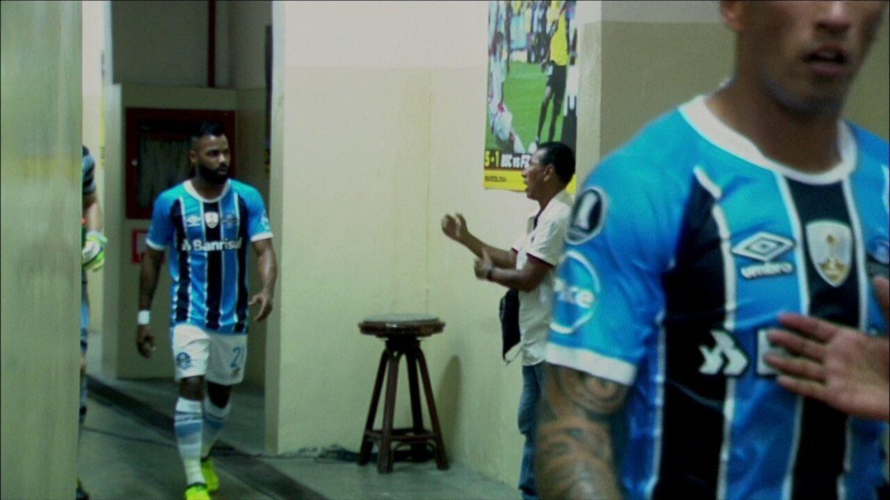 Imagem mostra homem aplaudindo jogadores do Grêmio no acesso ao vestiário