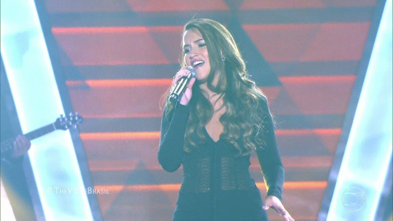 Letícia Bastos canta