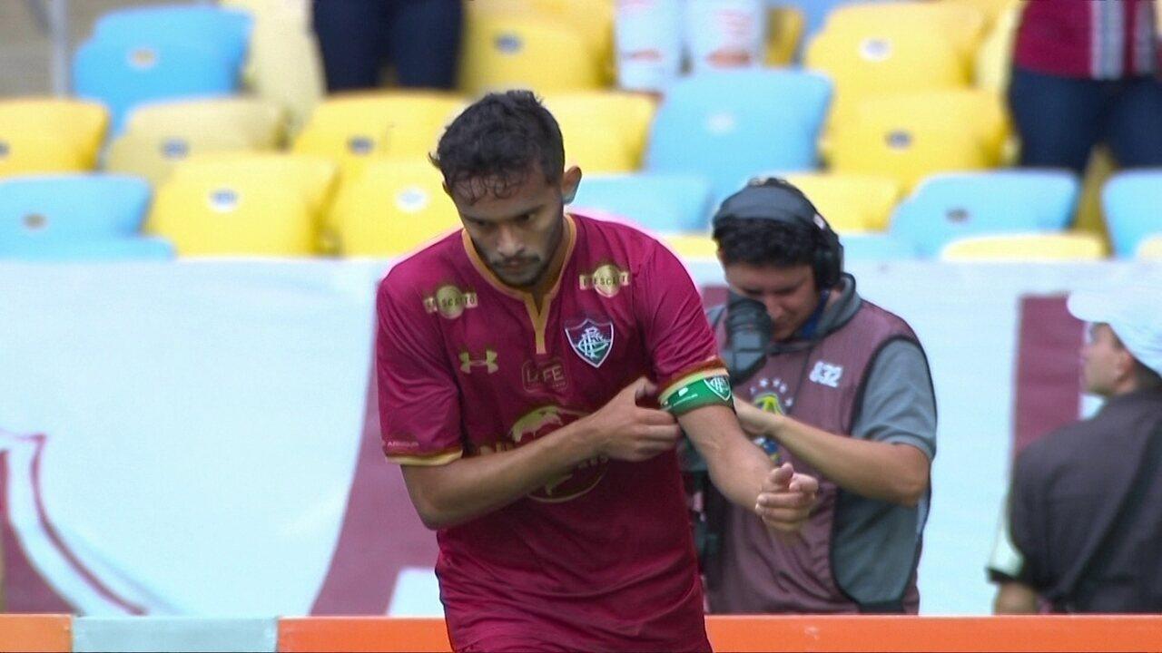 Gustavo Scarpa não comemora gol com torcida e balança cabeça negativamente