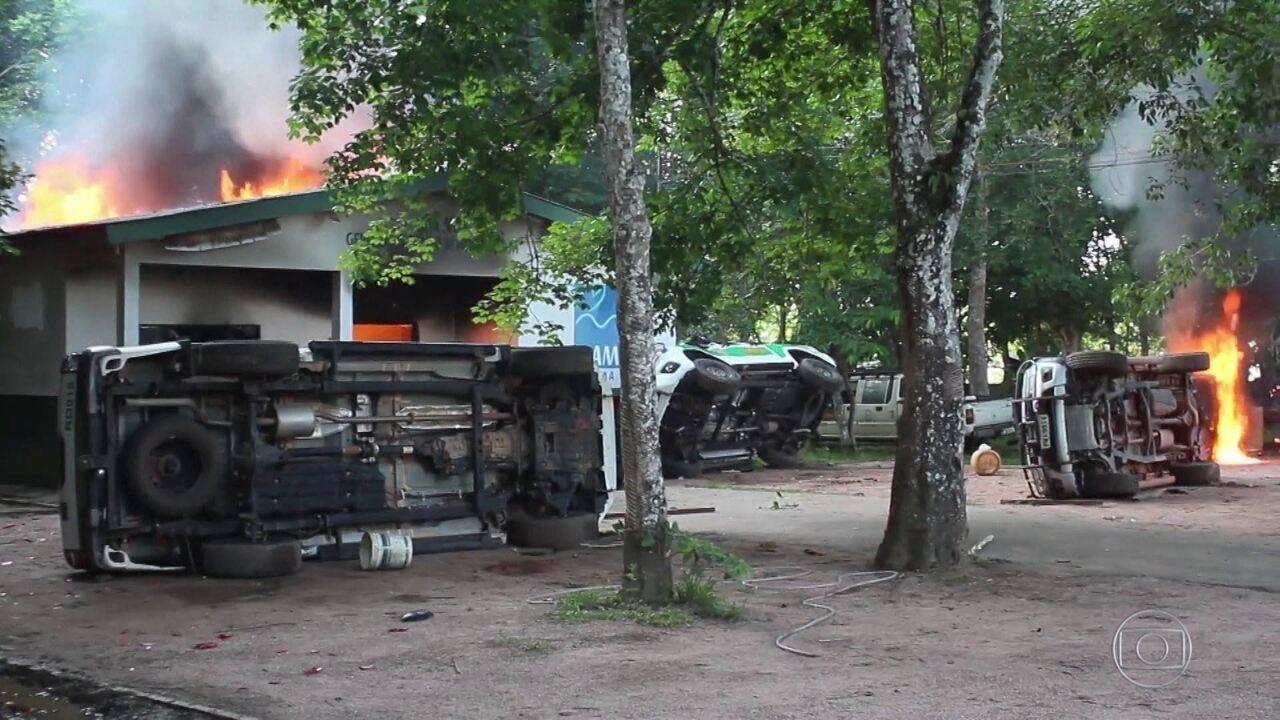 Escritórios, carros e barcos do Ibama e do ICMBio são incendiados no Amazonas