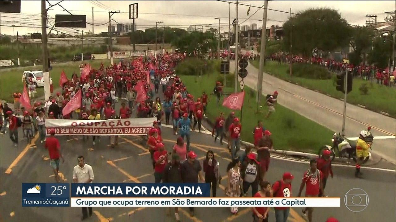 Manifestantes fazem passeata para reivindicar moradias populares