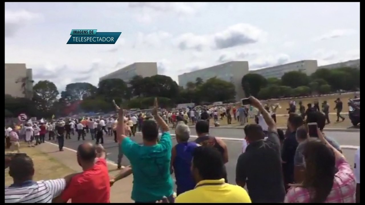 Manifestantes esperam votação da lei que regulamenta regras para aplicativos de transporte