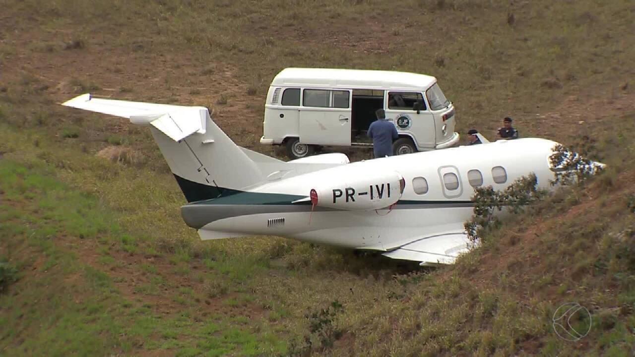 Avião tenta pouso e acaba parando em barranco no Aeroporto da Serrinha em Juiz de Fora