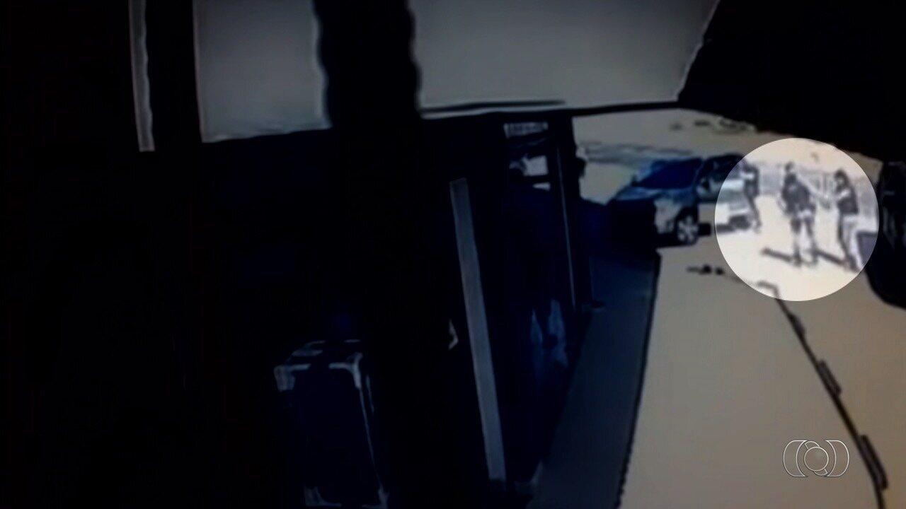 Vídeo mostra momento em que pistola dispara sozinha e atinge perna de PM
