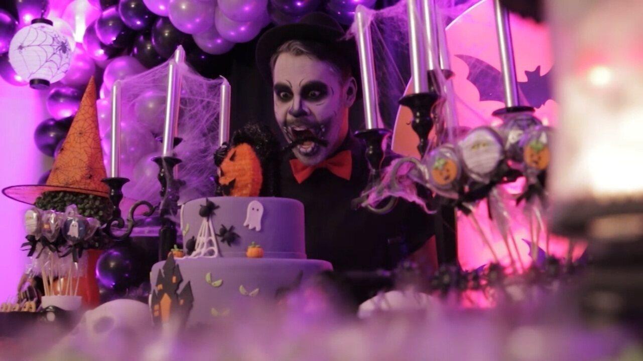 Pablo Vasconcelos vira Tio Caveira e curte festa de Dia das Bruxas para crianças