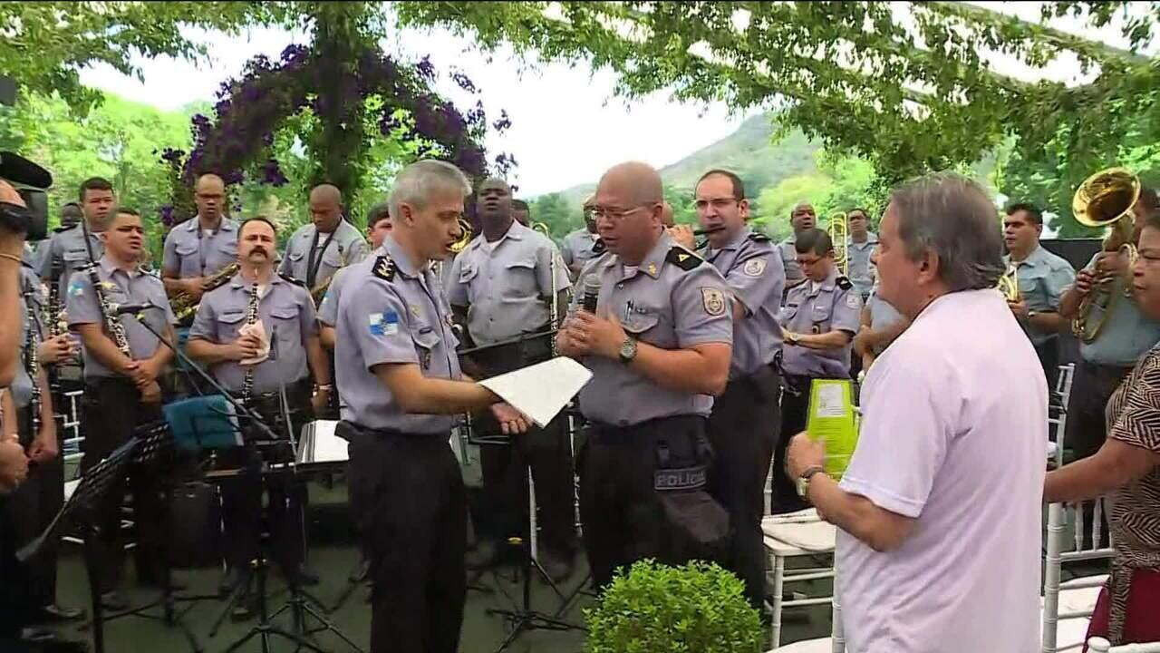 Cemitério no RJ tem homenagem aos mais de 100 policiais assassinados neste ano no estado