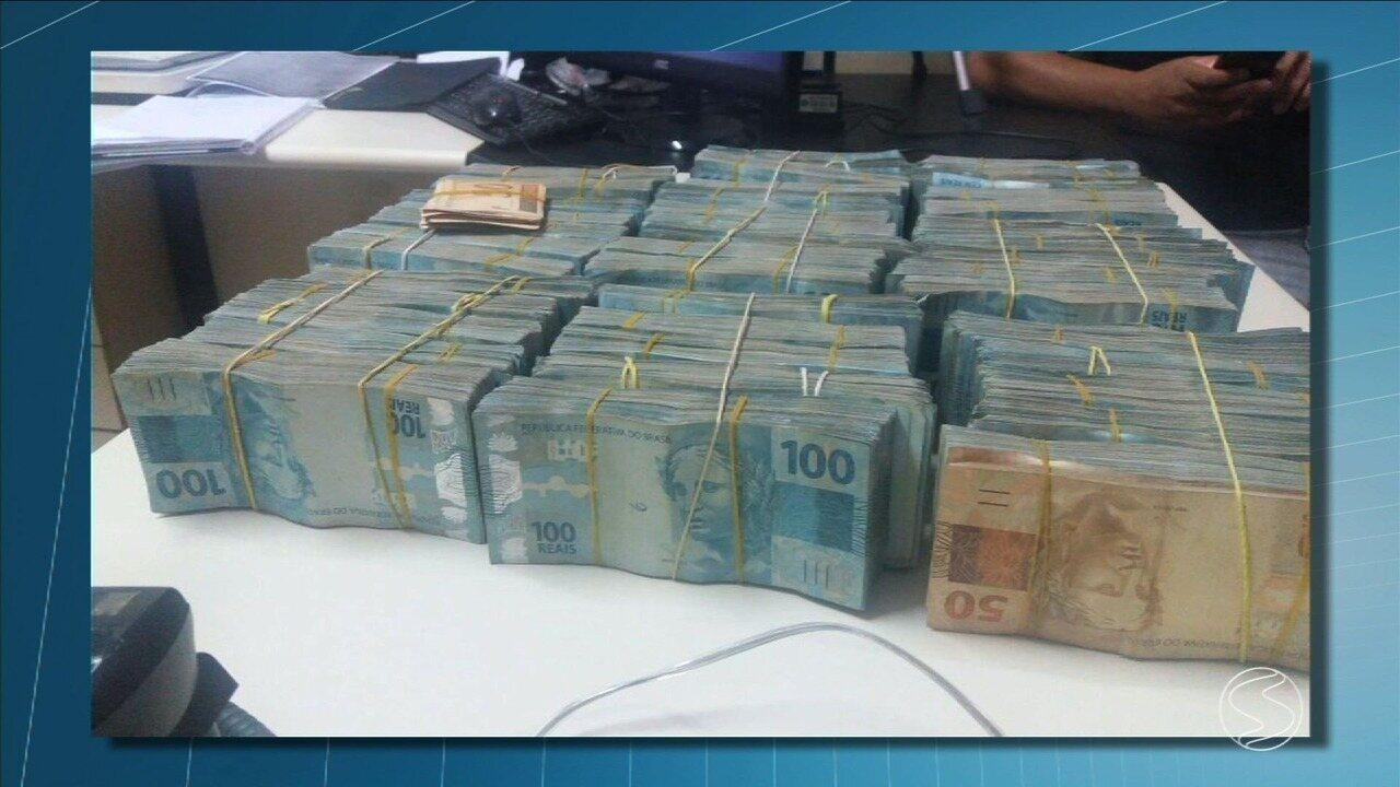 PRF apreende quase R$ 850 mil no porta-malas de carro na Via Dutra, em Itatiaia, RJ