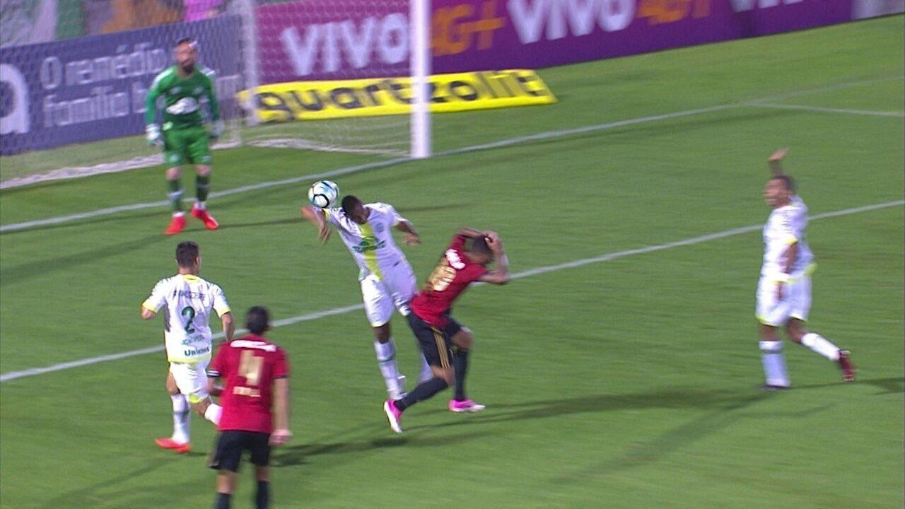 Diego Souza cruza na área, e Douglas corta com a mão