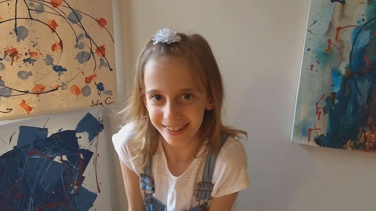 Artista de 8 anos pinta telas para arrecadar dinheiro para transplante de amigo
