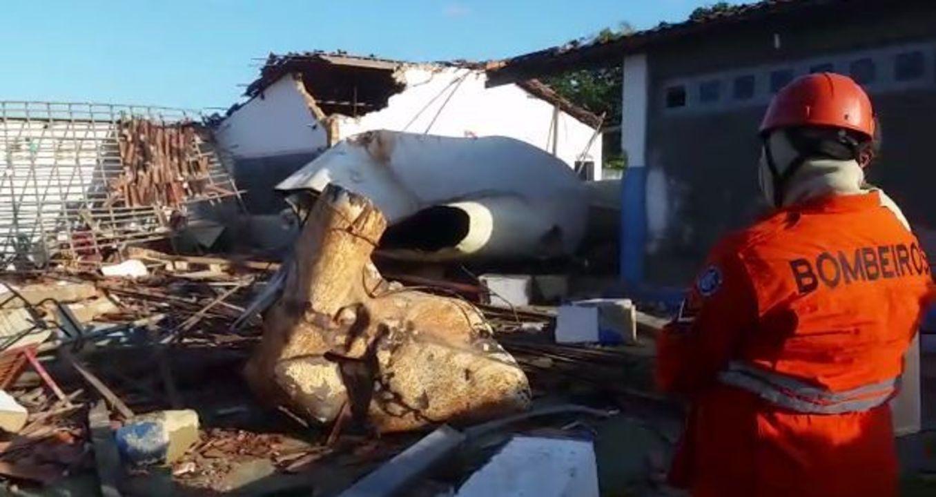 Caixa d'água cai sobre escola infantil e mata duas crianças no interior de Sergipe
