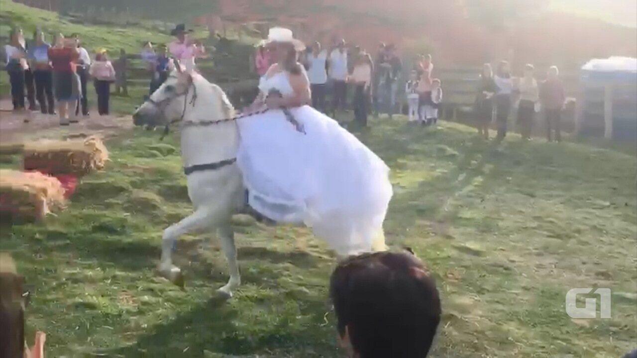 Noivos chegam a cavalo em casamento em São Bento do Sapucaí
