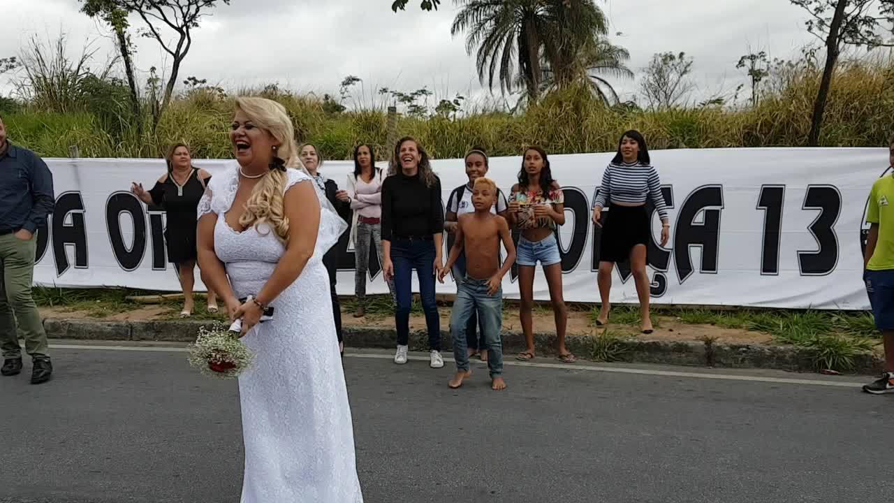 Noiva alvinegra para rua para jogar buquê de flores