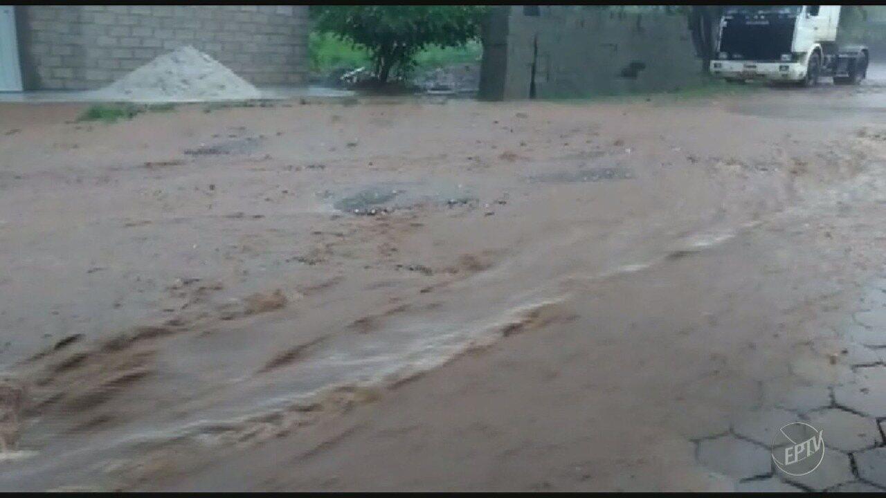 Chuva forte alaga rua em bairro do distrito de Barão Geraldo em Campinas