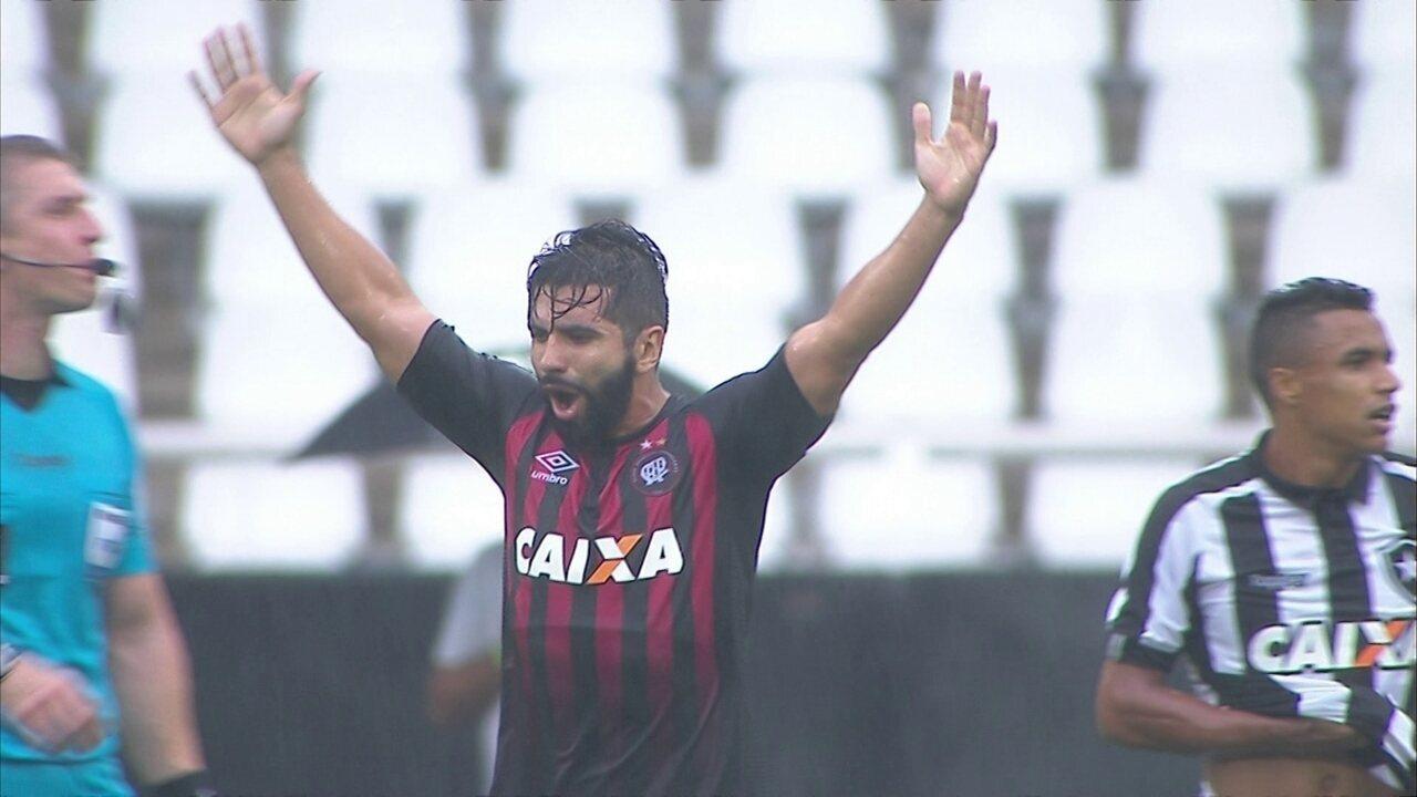 Gol do Atlético-PR! Guilherme chuta, Gatito tenta defesa, mas juiz confirma, aos 30 do 1º