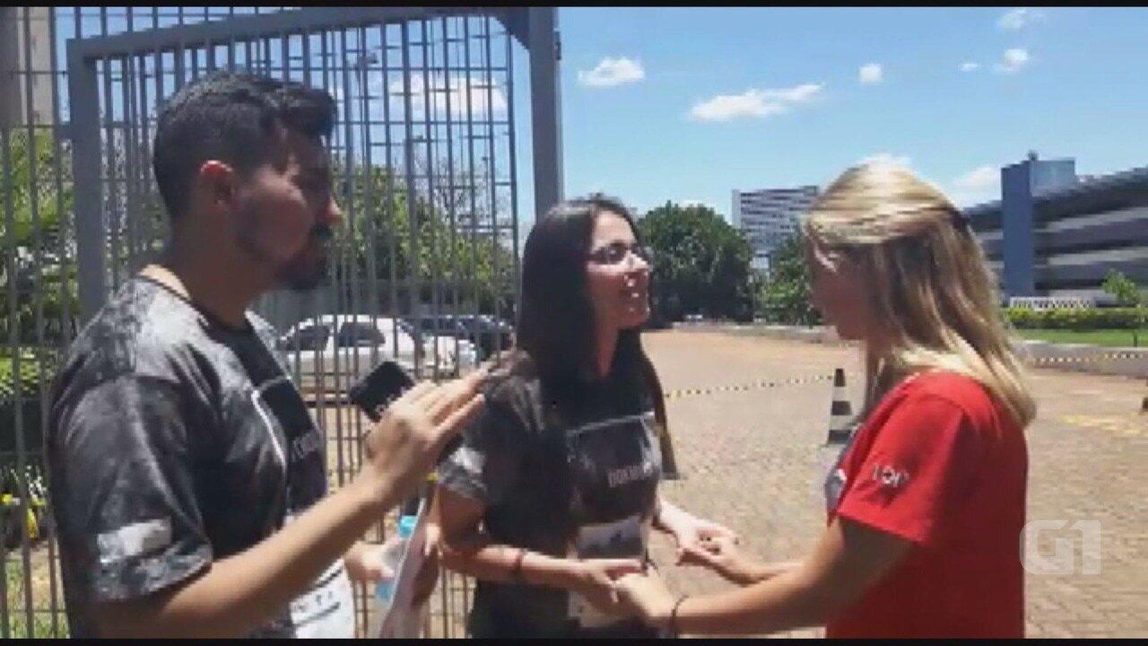 Voluntários fazem oração para apoiar estudantes no Enem em Ribeirão Preto, SP