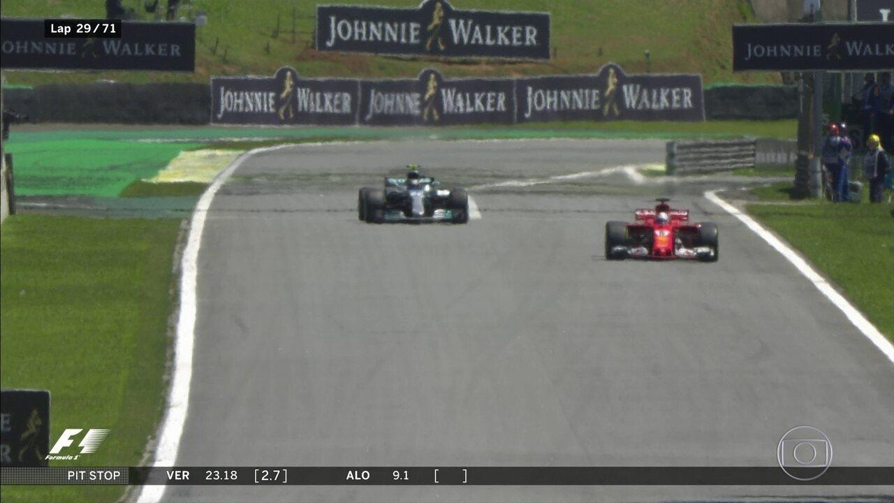 Vettel vai para os boxes, Ferrari trabalha bem e ele volta na frente de Bottas