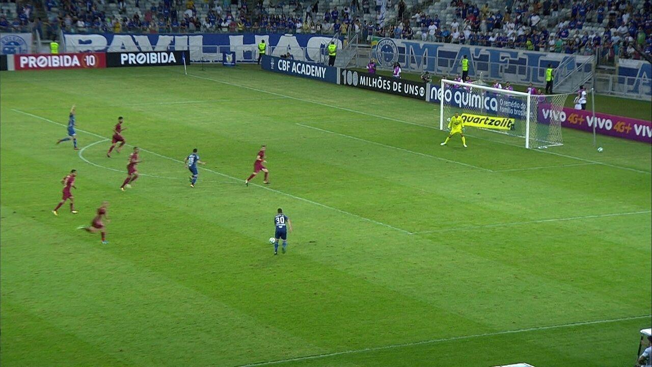 Thiago Neves cruza, Robinho desvia e Cavalieri faz boa defesa, aos 29' do 2º Tempo