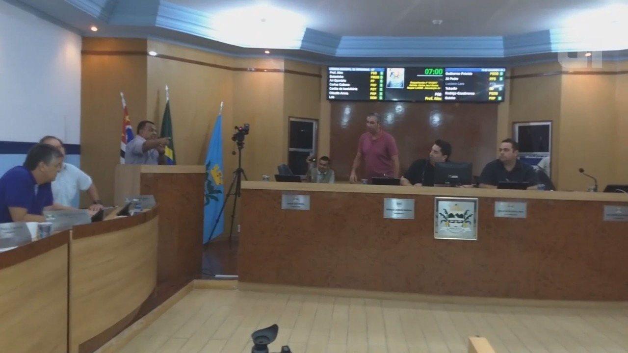 Presidente da câmara de Mongaguá, SP, diz que retirou munícipe de sessão