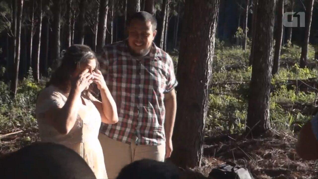 Depois de 25 anos juntos, marido prepara casamento surpresa no Paraná; ASSISTA