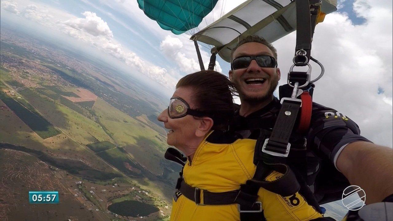 Costureira de 77 anos salta de paraquedas pela primeira vez em Campo Grande
