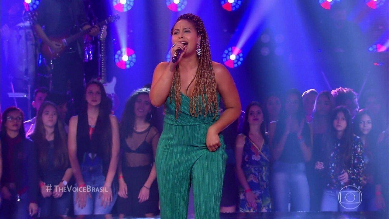 Alinne Alves canta