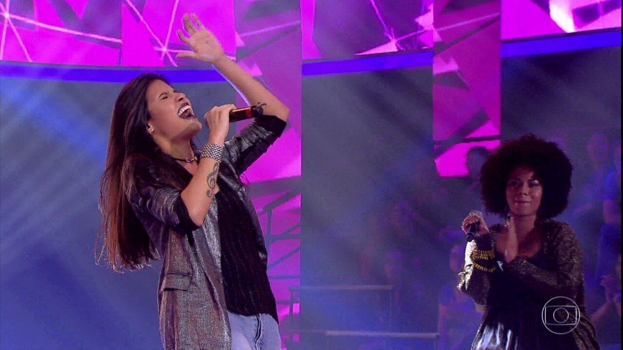 Danielle Dias canta