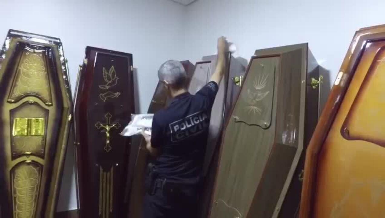 Policial faz perícia em caixão no DF