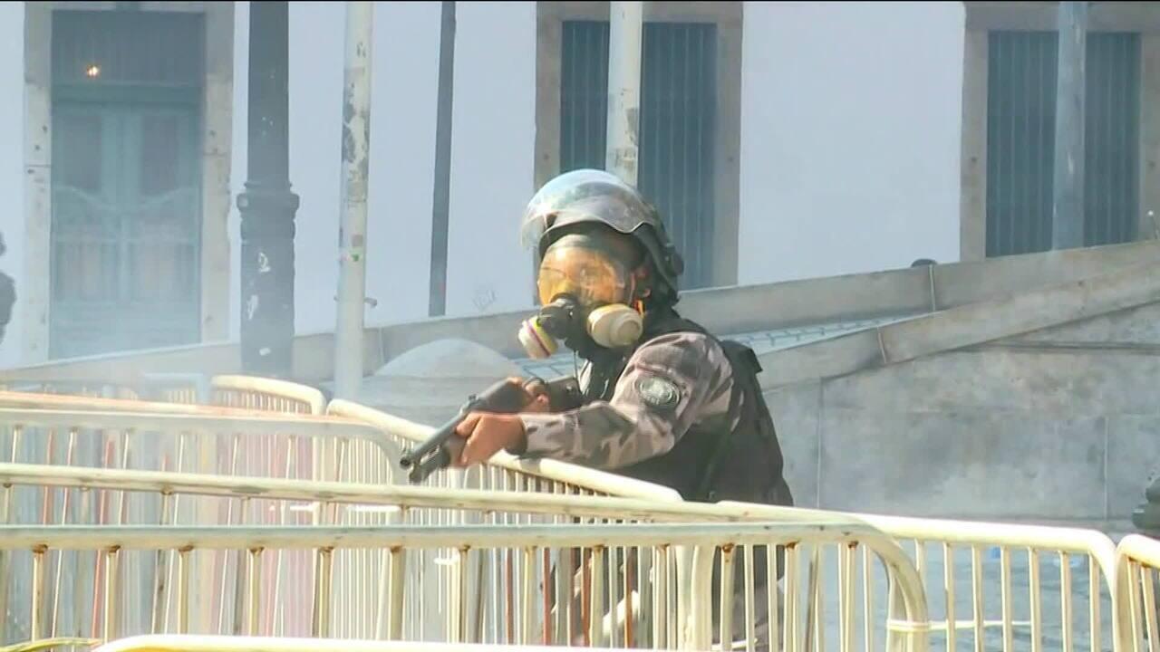 PMs atiram balas de borracha contra manifestantes em frente à Alerj
