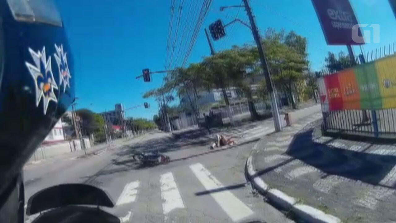 Resultado de imagem para Motorista fura sinal vermelho e atinge moto com mulher e criança no litoral de SP; veja vídeo Santo