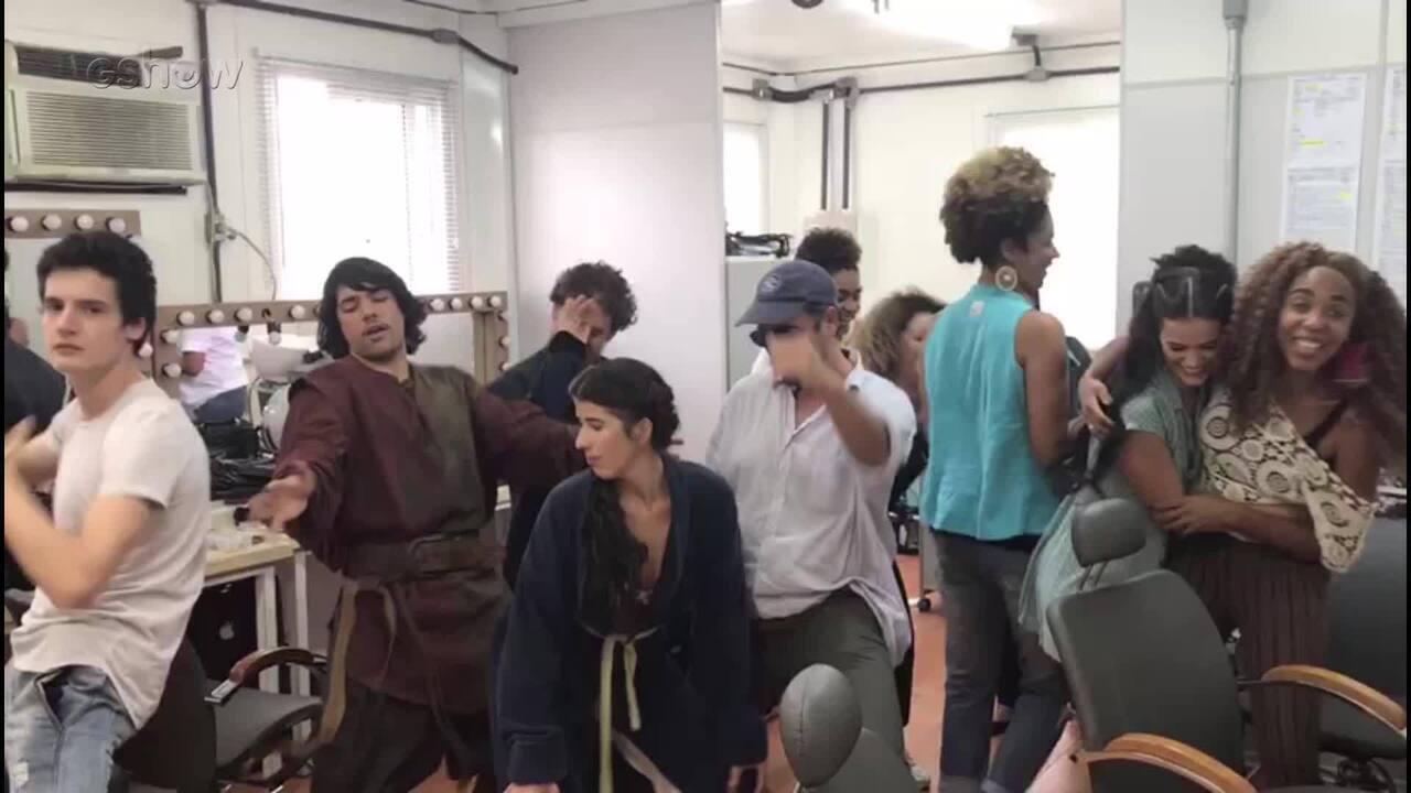 Bruna Marquezine, elenco e equipe se jogam no funk