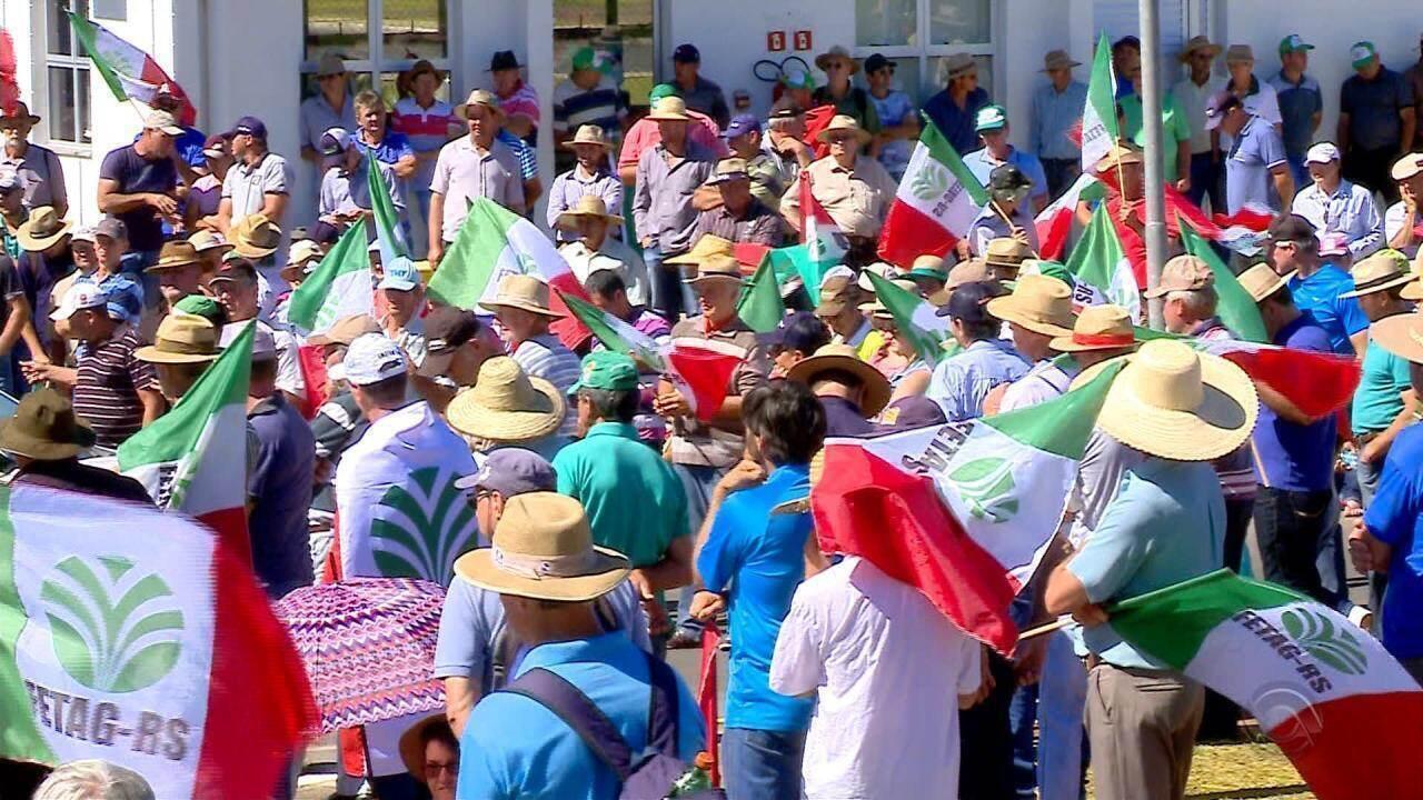 Agricultores protestam contra o baixo preço pago pelo litro de leite no RS