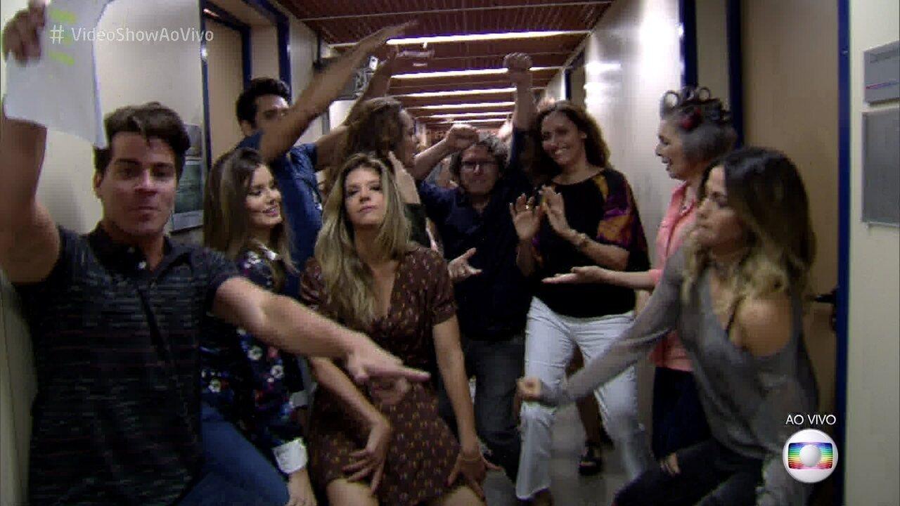 Elenco de 'Pega Pega' aceita desafio e dança funk ao vivo