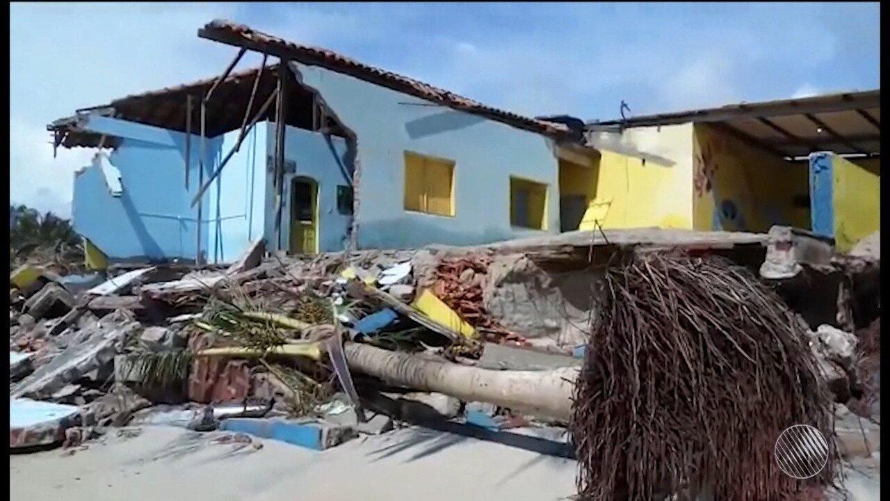 Mar avança e destrói barraca na orla de Belmonte, no sul da Bahia