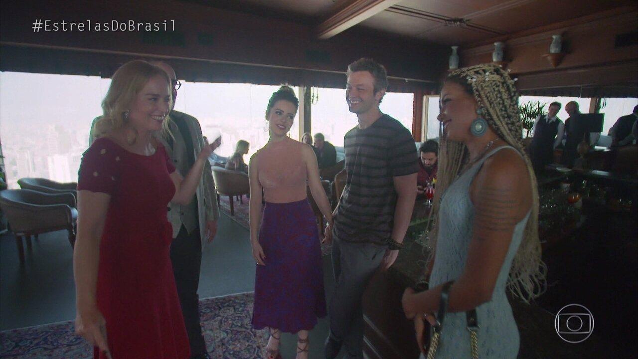 Sandy e Lucas Lima chegam a local onde Amanda vai pedir Danilo em casamento