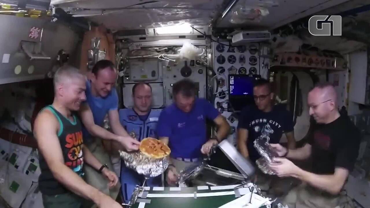 Astronautas preparam pizza em estação espacial
