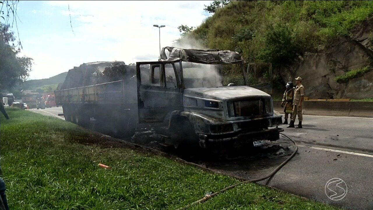 Caminhão pega fogo na Dutra, em Barra Mansa, RJ