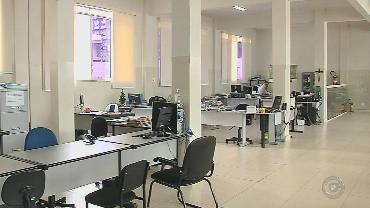 Muitas salas da prefeitura ficaram vazias após a onda de exonerações