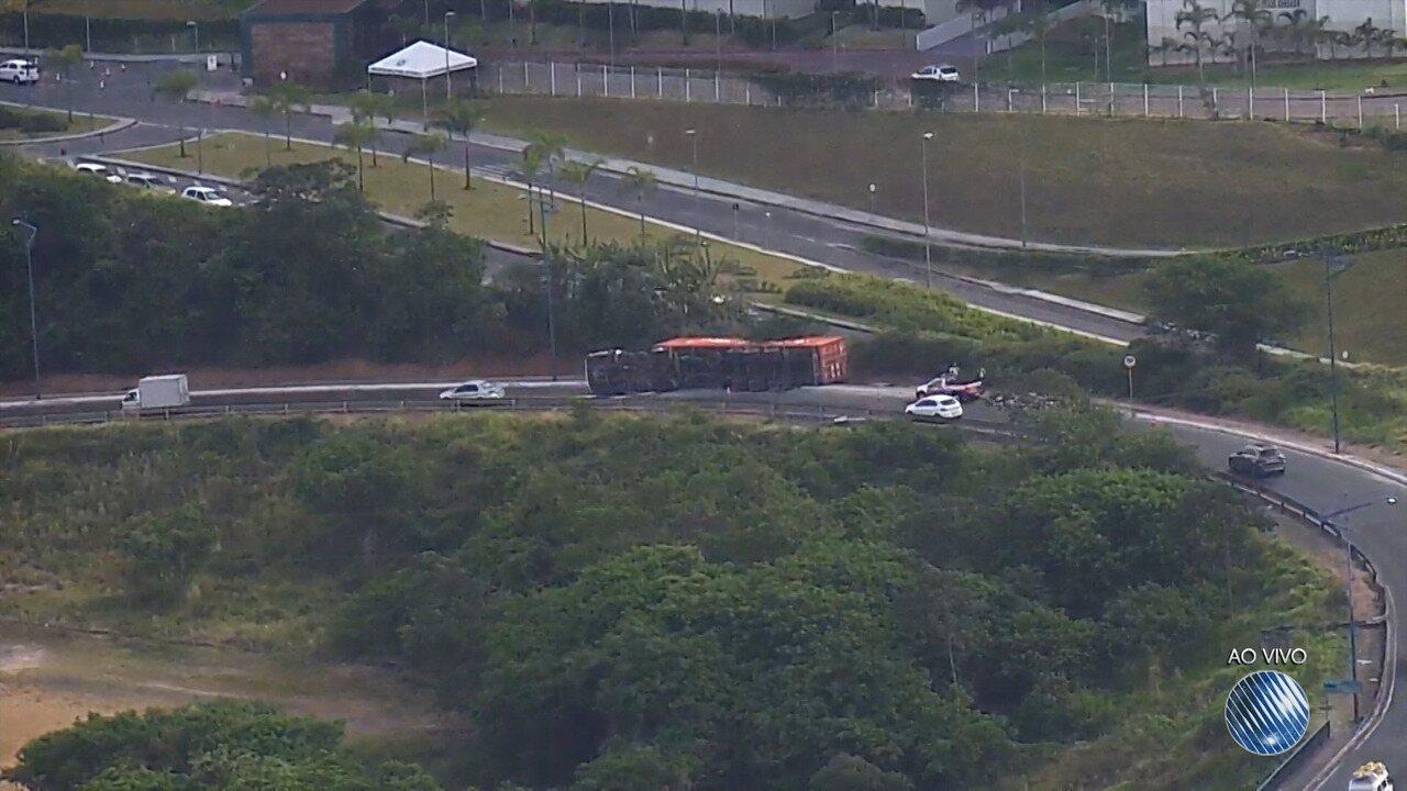Caminhão permanece tombado desde quarta (6) após acidente na região da Ladeira do Cabula