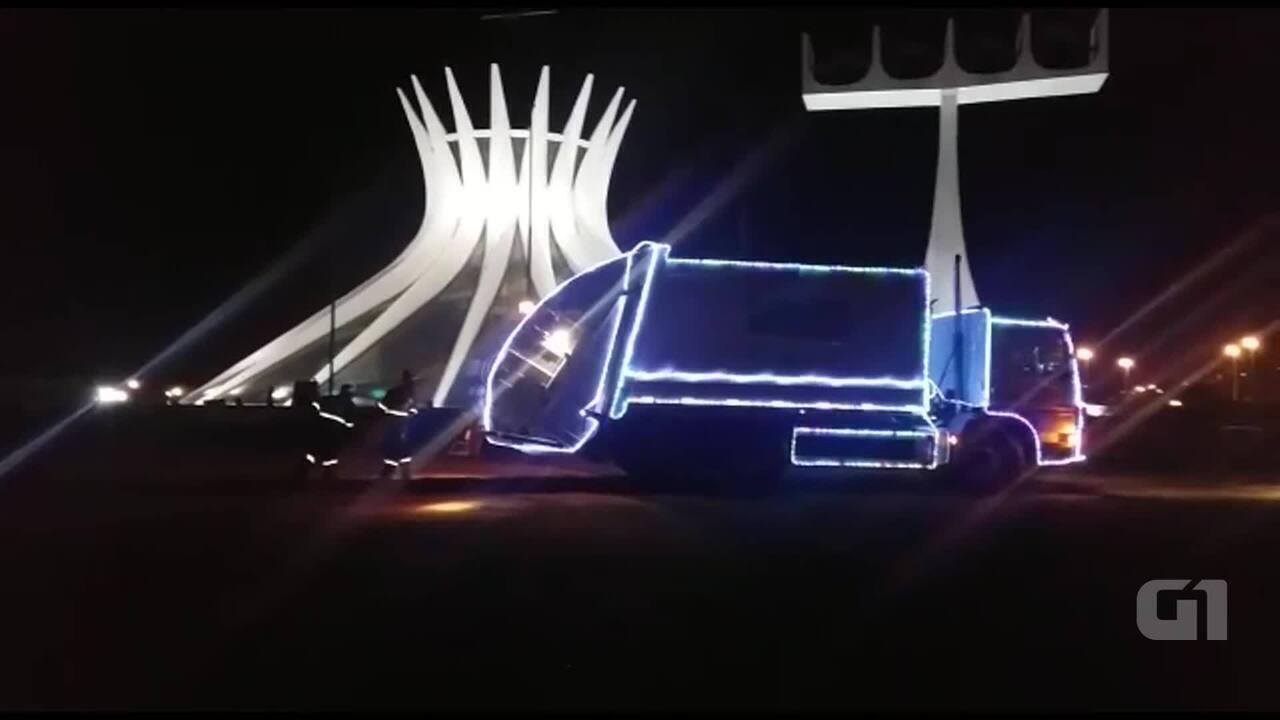 Caminhão de lixo iluminado para o Natal percorre Brasília
