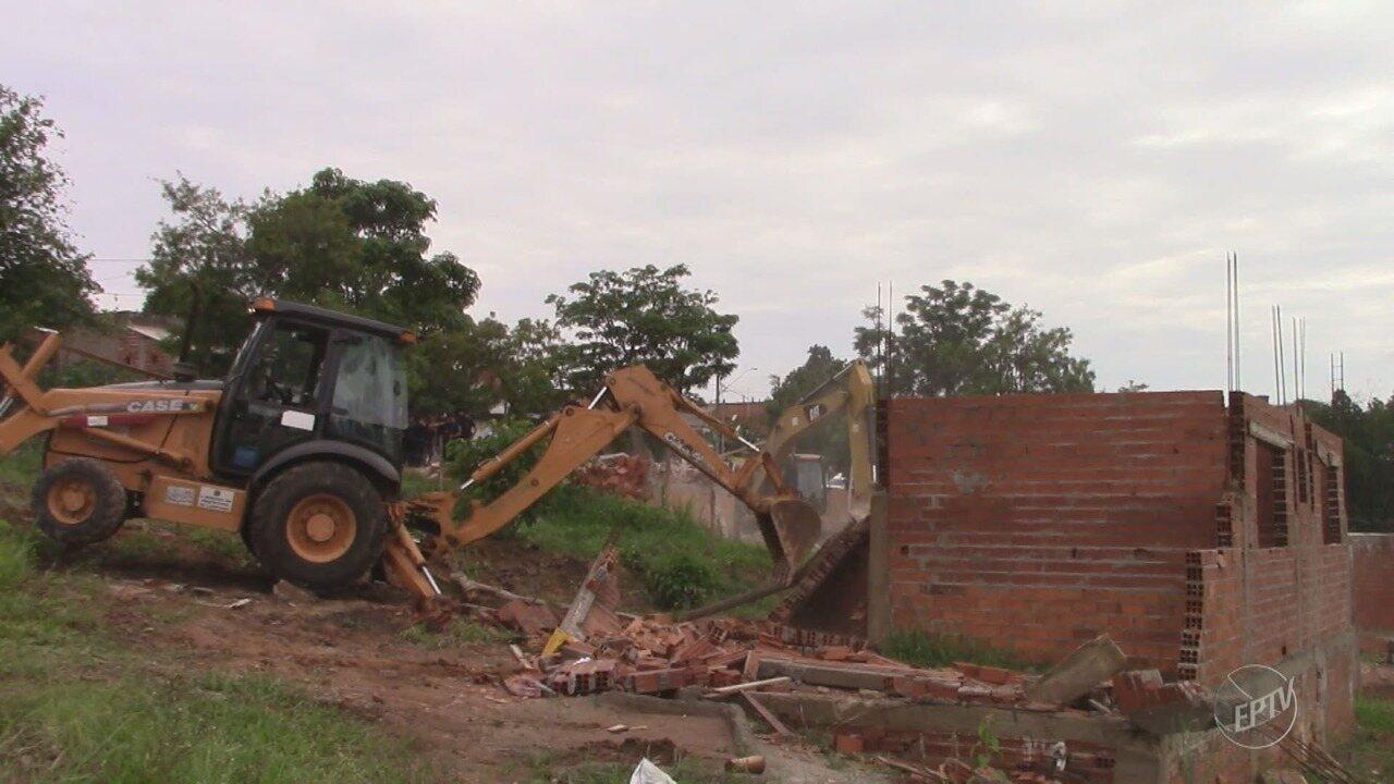 Prefeitura de Campinas começa demolição de casas que foram construídas em áreas públicas