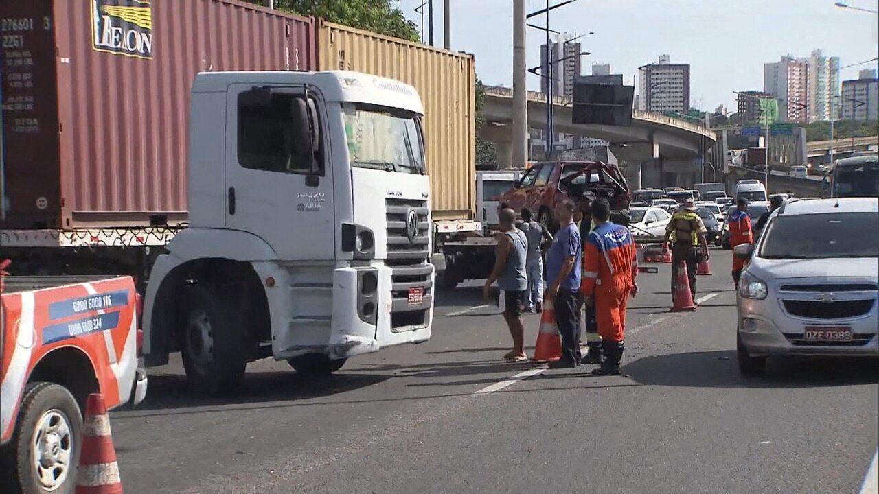 Acidente de trânsito causa engarrafamento na entrada da BR-324, sentido Feira de Santana