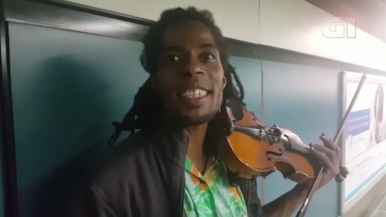 Músicos querem entrar nas estações, mas não podem tocar dentro do Metrô de SP