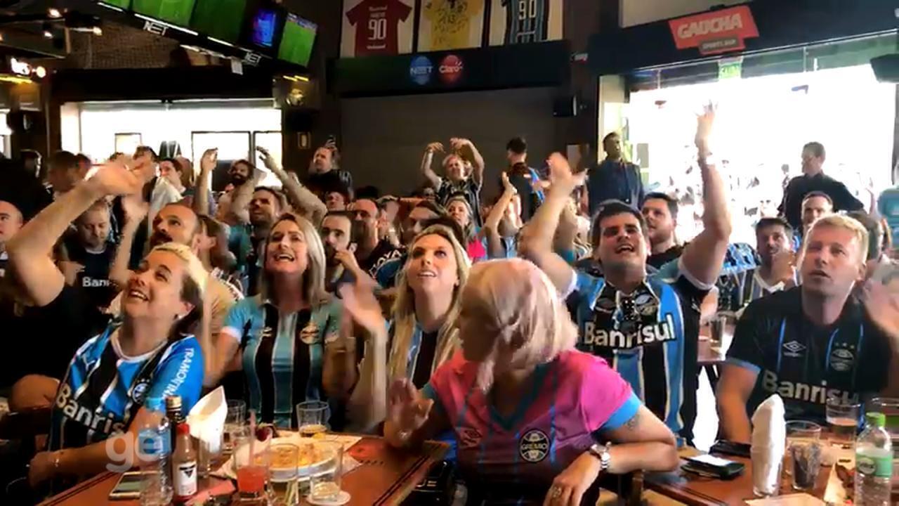 Torcida gremista comemora a vitória do tricolor em Porto Alegre