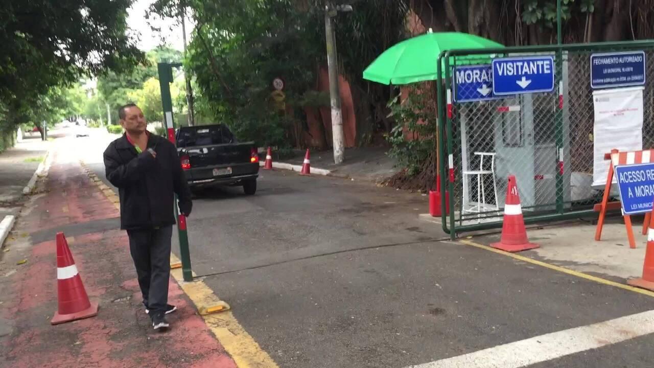 Moradores do City Butantã fecham ruas do bairro com grades