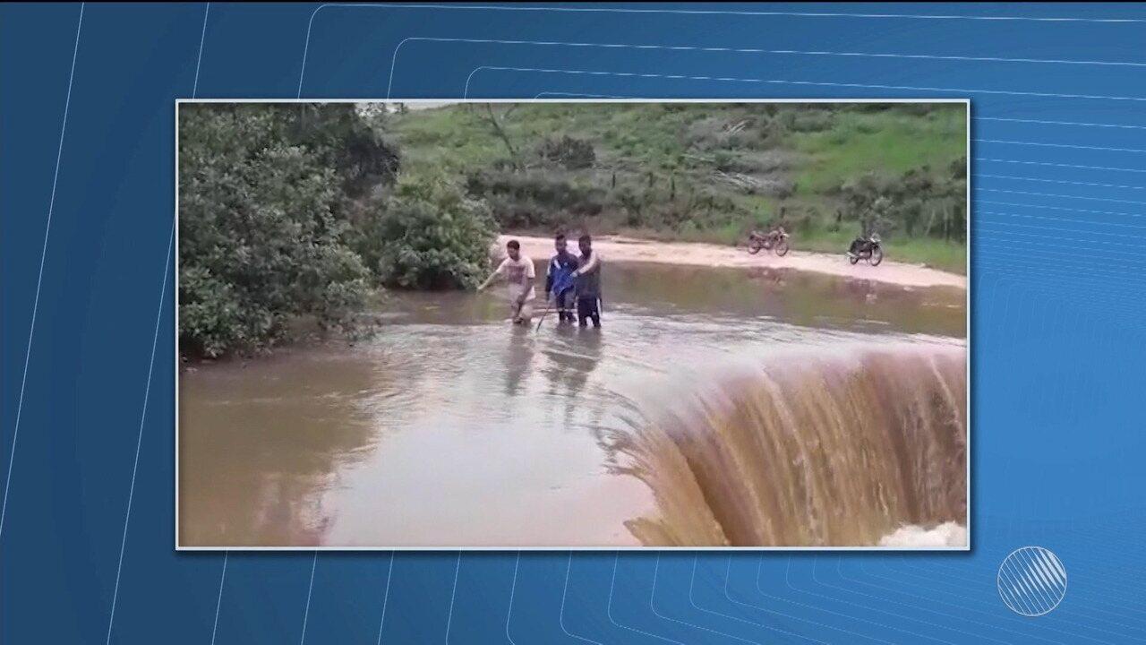 Após chuva forte, córrego transborda e forma cachoeira em estrada no extremo sul do estado