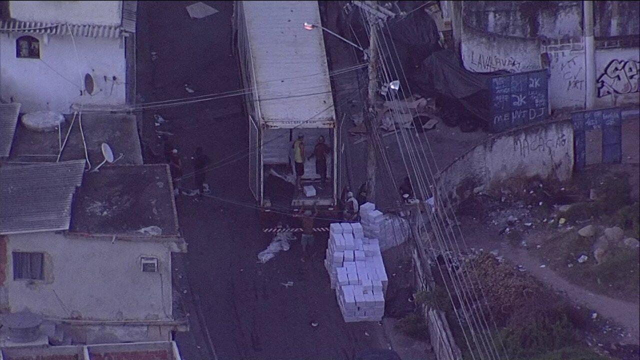 Globocop flagra bandidos descarregando caminhões após roubo