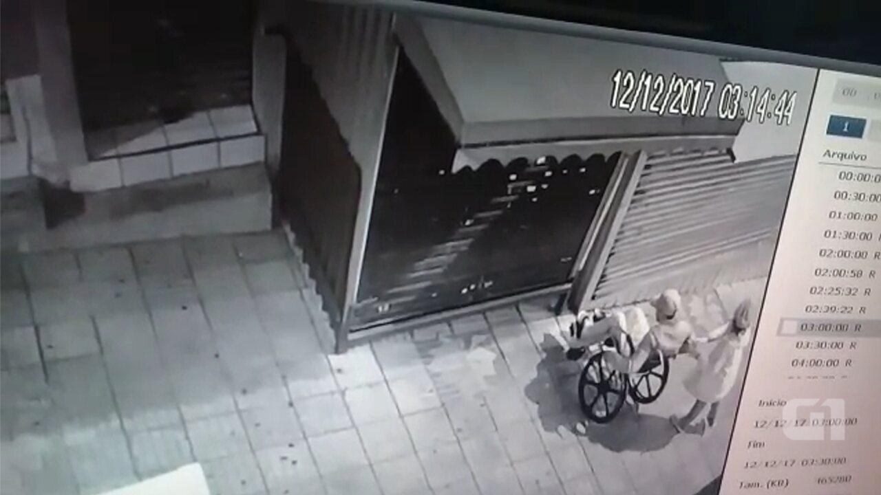 Câmera registra cadeirante e namorada antes de arrombar loja de camelô em São Roque