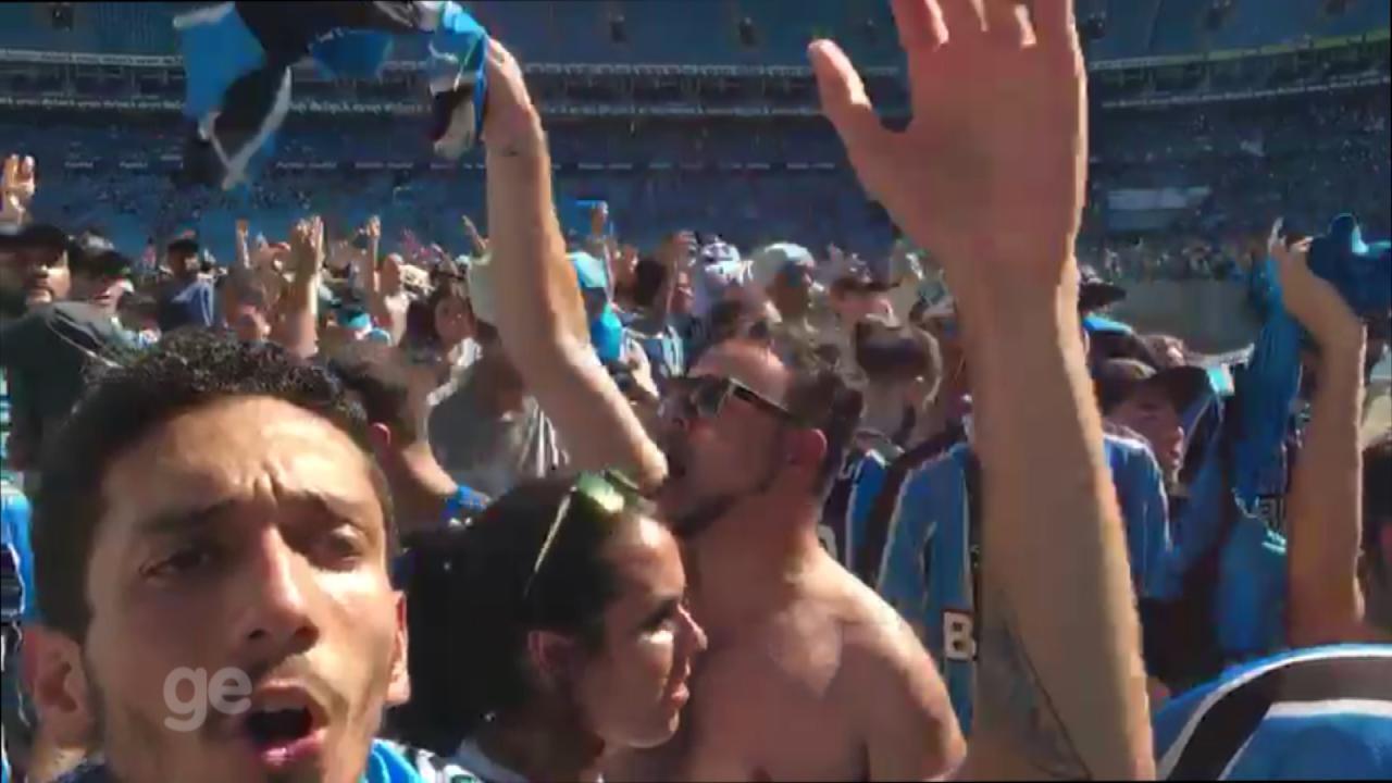Torcedores gremistas aplaudem time na Arena do Grêmio após derrota para o Real Madrid